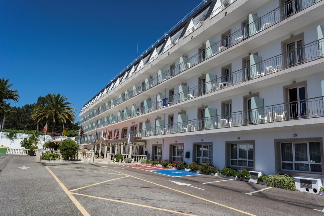Aparcamiento exterior Hotel Nuevo Vichona Spa.jpg